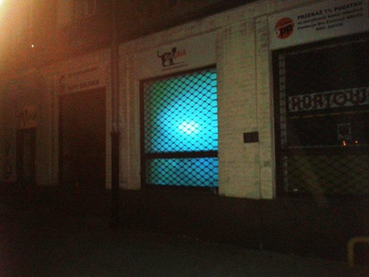 Koteria nocą od frontu - błękitne światło to włączana na noc w sali zabiegowej odkażająca lampa UV. Oczywiście szyba jest specjalnie pomalowana, więc nikomu na zewnątrz nic nie grozi.