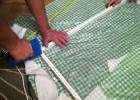 Do pomalowanej ramy mocujemy siatkę zszywkami tapicerskimi.