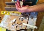 Wygięty płaskownik powinien mieć kąt trochę mniejszy niż 90 stopni – w przypadku aluminium można dogiąć kształtkę w rękach.