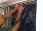 Na początku mocowania ramy z siatką warto zadbać o asekurację, by nie zrzucić komuś konstrukcji na głowę.